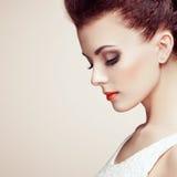 美丽的肉欲的妇女纵向有典雅的发型的 免版税图库摄影