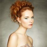 美丽的肉欲的妇女画象有典雅的发型的 免版税库存照片