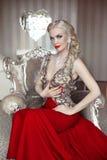 美丽的肉欲的白肤金发的妇女时装模特儿画象有mak的 图库摄影