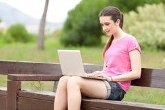美丽的膝上型计算机妇女年轻人 免版税库存图片