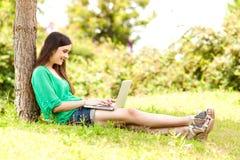 美丽的膝上型计算机妇女年轻人 免版税库存照片