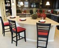 美丽的自定义内部厨房 免版税库存照片