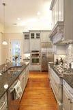 美丽的自定义厨房 免版税库存图片