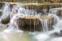美丽的自然小河瀑布 免版税库存照片