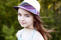 美丽的自然秀丽小女孩女小学生学生在礼服,明亮的晴朗的夏日户外新鲜空气佩带 免版税库存照片
