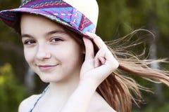 美丽的自然秀丽小女孩女小学生学生在礼服,明亮的晴朗的夏日户外新鲜空气佩带 库存照片