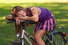 美丽的自行车女孩她摆在少年 免版税库存照片