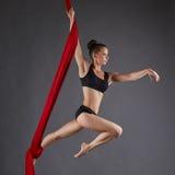 美丽的舞蹈执行者的图象空中丝绸的 免版税库存图片