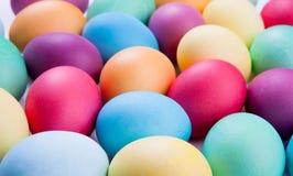 美丽的色的复活节彩蛋。 免版税库存照片