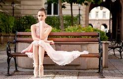 年轻美丽的芭蕾舞女演员 免版税库存图片