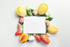 美丽的花和绿色叶子作为花卉框架和纸牌 库存照片