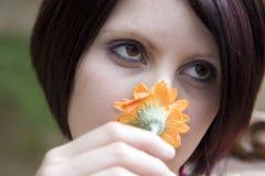 美丽的花嗅到的妇女黄色 免版税库存图片