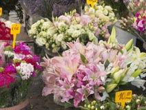 美丽的花在一个室外市场上 免版税图库摄影