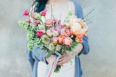 美丽的花在女性手上 免版税库存照片
