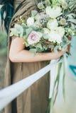 美丽的花在女性手上 图库摄影
