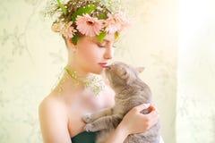有猫的美丽的女孩 库存图片