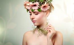 美丽的花女孩佩带的花圈  免版税图库摄影