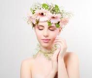美丽的花女孩佩带的花圈  库存照片