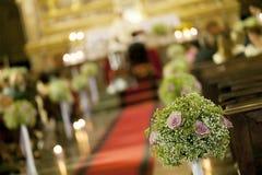 美丽的花婚礼装饰在教会里 库存照片