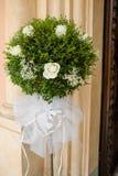 美丽的花婚礼装饰教会 免版税库存照片