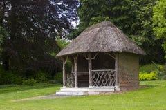 美丽的花床和石渣道路围拢的19世纪盖的summe在被围住的庭院里在西部教务长加尔德角 图库摄影