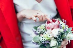 美丽的花束在新娘的手上 图库摄影