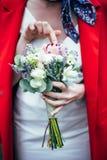 美丽的花束在新娘的手上 库存图片
