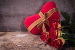 美丽的花玫瑰和装饰心脏 库存照片