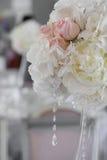 美丽的花的图象在婚礼桌上的 库存照片