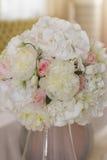 美丽的花的图象在婚礼桌上的 免版税库存照片