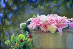 美丽的花花束在有拷贝空间和迷离背景用途作为多用途背景和美丽的木桶安排了 免版税图库摄影
