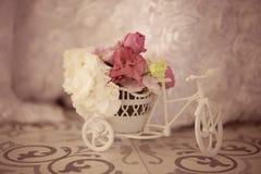 美丽的花装饰木微型自行车 库存照片