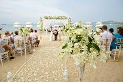 美丽的花装饰软的焦点在海滩婚礼c的 免版税图库摄影