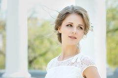 美丽的花头发妇女年轻人 库存图片