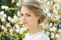 美丽的花头发妇女年轻人 图库摄影