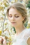 美丽的花头发妇女年轻人 免版税库存图片