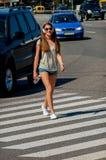 美丽的苗条时髦的女学生横渡步行阴级射线示波器 库存照片