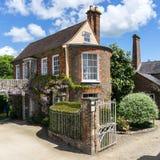 美丽的英国房子在一好日子 免版税库存图片
