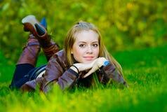 美丽的草位于妇女年轻人 库存照片
