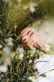 美丽的草位于的妇女 免版税库存图片
