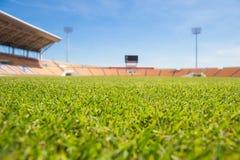美丽的草足球场用于足球比赛和竞技 免版税库存图片
