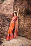 美丽的莎丽服的印地安妇女 免版税库存照片