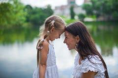 年轻美丽的获得母亲和她的女儿乐趣 免版税库存图片