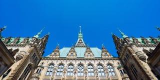 美丽的著名Rathaus城镇厅大厦门面全景与色的绿宝石的装饰了屋顶 Altstadt 免版税库存图片