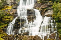 美丽的著名Tvindefossen瀑布在挪威 免版税库存图片