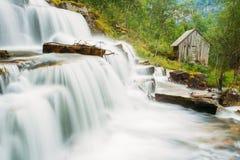 美丽的著名Tvindefossen瀑布在挪威 免版税库存照片