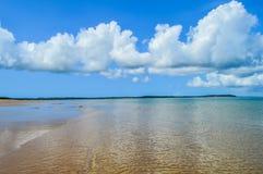 美丽的葡萄牙海岛海滩用绿色水,莫桑比克 免版税库存图片