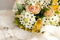 美丽的葡萄酒婚礼花束 免版税库存照片