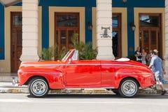 美丽的葡萄酒汽车在哈瓦那旧城 库存图片