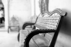 美丽的葡萄酒空的长凳由woodd和金属制成 库存图片